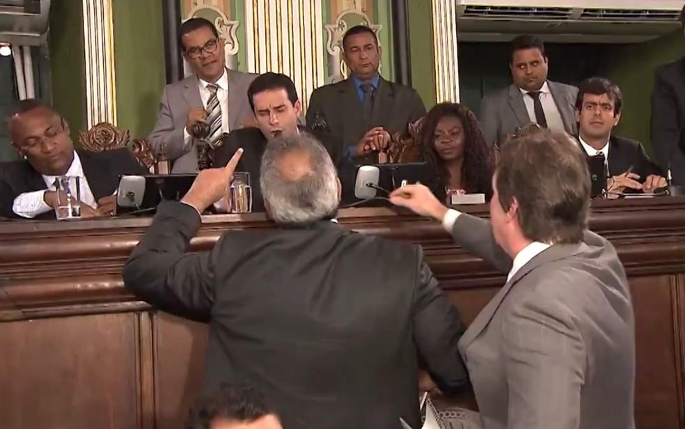 Sessão foi tumultuada, com bate boca e discussões (Foto: Reprodução/TV Bahia)