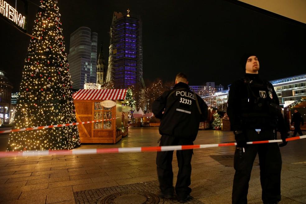 Policiais isolam praça com feira de Natal em Berlim que foi invadida por caminhão nesta segunda-feira (19) (Foto: REUTERS/Fabrizio Bensch)