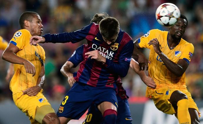 Barcelona x Apoel - Pique cabeceia e marca (Foto: AFP)