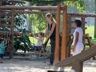 Letícia Birkheuer usa visual despojado para passear com o filho