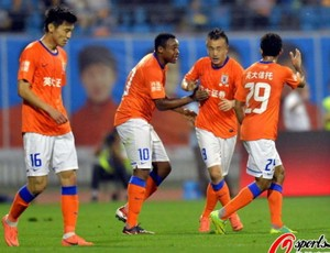 Obina comemorando gol do Shandong Luneng (Foto: Reprodução/Sina.com)