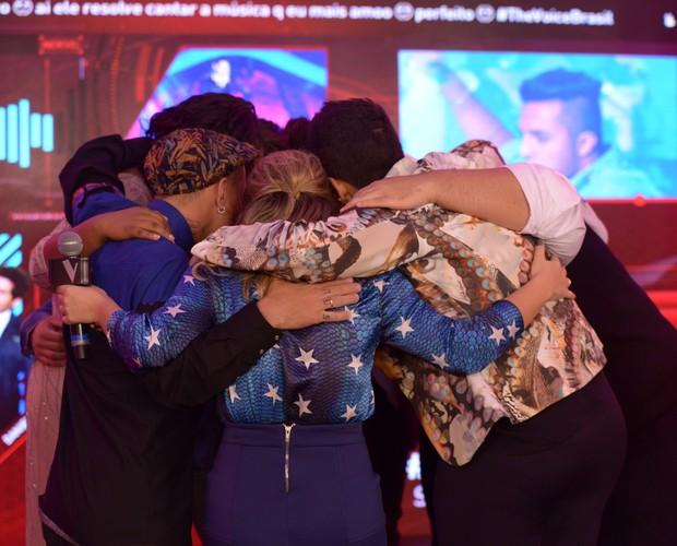 Aprovados na primeira noite de Shows ao Vivo comemoram com Fê Souza (Foto: Camila Serejo / Gshow)