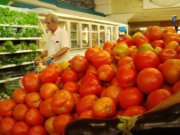 Tomate teve aumento de 21,49% no preço da cesta básica (Foto: Débora Carvalho/G1)