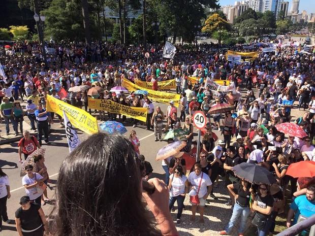 Professores e funcionários de escolas estaduais manifestam no Centro Cívico, em Curitiba (Foto: Divulgação/APP-Sindicato)