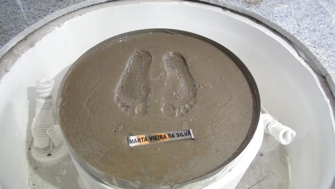 Marca dos pés de Marta foi deixada no memorial que leva o nome da jogadora (Foto: Denison Roma / GloboEsporte.com)