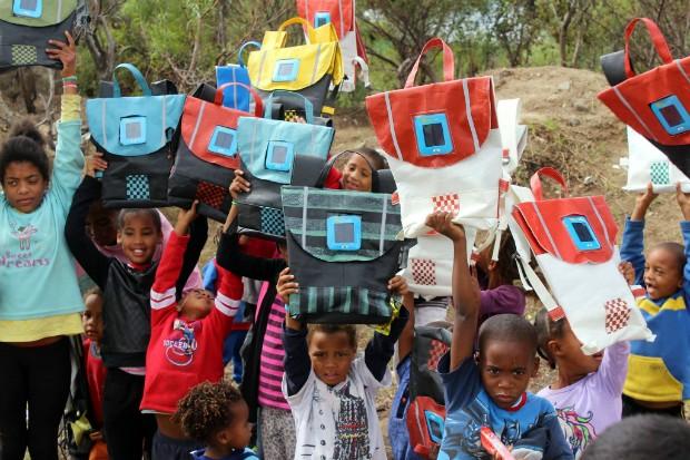 Mochilas criadas pela Rethaka são usadas por crianças na África do Sul (Foto: Reprodução Facebook)