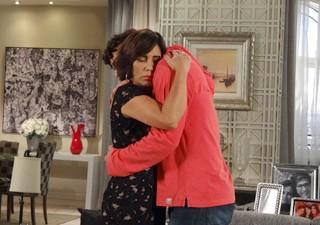 Nada como um abraço para acalmar o coração (Foto: Guerra dos Sexos / TV Globo)