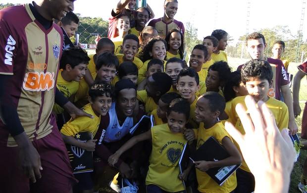 Ronaldinho e crianças treino Atlético-MG (Foto: Lucas Catta Prêta / Globoesporte.com)
