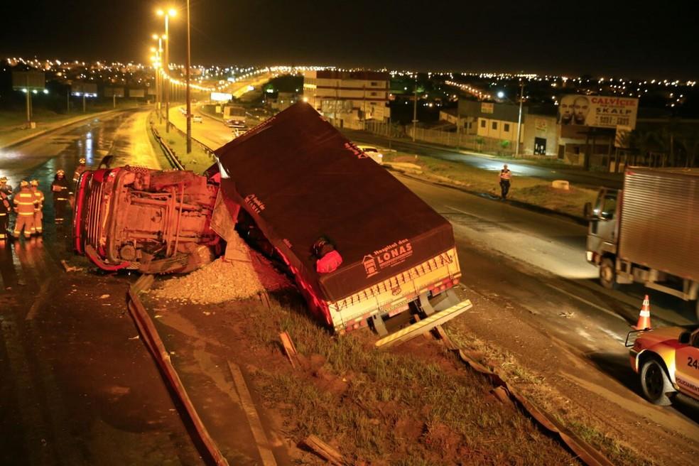 Bombeiros isolam pista ao lado de caminhão que capotou na Via Estrutural (Foto: Corpo de Bombeiros/Divulgação)