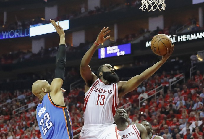 James Harden vai para a bandeja contra o Thunder (Foto: Getty Images)