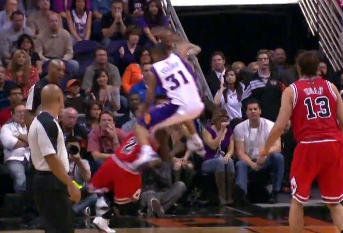 Nate Robinson passando por baixo das pernas de rival pelos Bulls (Foto: Reprodução)
