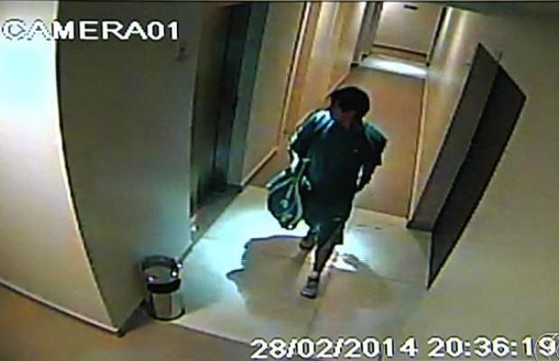 Usando mochila e raquete, homem finge ser morador e furtar prédios em Goiânia, Goiás (Foto: Reprodução/TV Anhanguera)