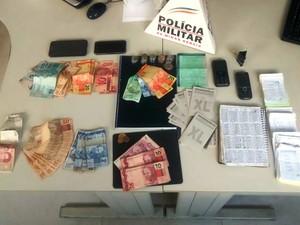 Objetos apreendidos durante operação contra jogos de azar em Piumhi (Foto: PM/Divulgação)