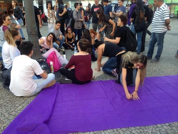 Manifestantes se preparam para o protesto no Largo do Rosário, na tarde desta quinta-feira (1)  (Foto: Clara Rios )