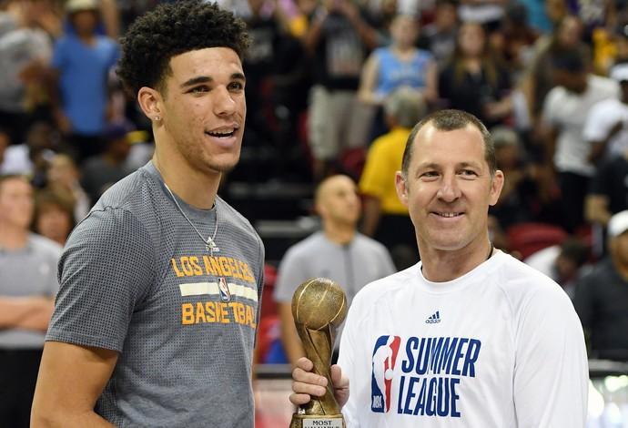 Lonzo Ball recebe o prêmio de MVP da Liga de Verão de Las Vegas (Foto: Getty Images)