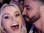 Latino dá beijinho em Thalita Zampirolli em vídeo
