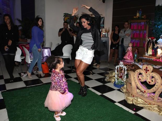 Scheila Carvalho com a filha, Giulia, em festa em São Paulo (Foto: Iwi Onodera/ EGO)