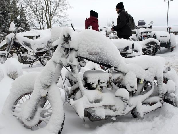Moto ficou congelada em evento realizado na Alemanha (Foto: AP Photo/Jens Meyer)