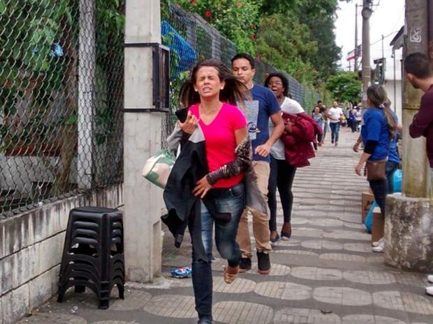 ENEM 2015 - SÁBADO (24) - MOGI DAS CRUZES - Estudante corre para não perder Enem em universidade de Mogi das Cruzes. (Foto: Fernanda Ribeiro/G1)