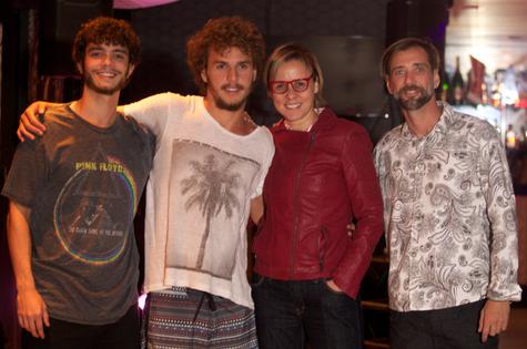 Theo Gam com a mãe, Giulia, e os produtores do evento, Ric Fraga (à esquerda) e B Picorelli  (Foto: Divulgação)
