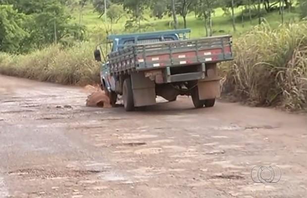 Motoristas precisam de cautela para desviar de buracos na GO-305, em Goiás (Foto: Reprodução/TV Anhanguera)