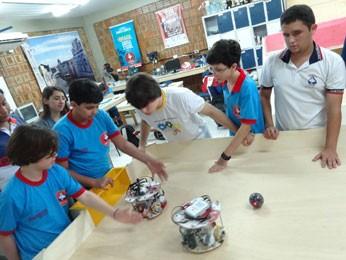 Lucas ensina robótica para outros alunos do Santa Emília nos tempos livres (Foto: Luna Markman/G1)