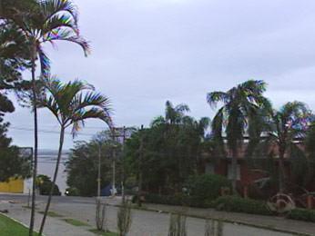 Amanhecer em Porto Alegre nesta quarta (Foto: Reprodução/RBS TV)