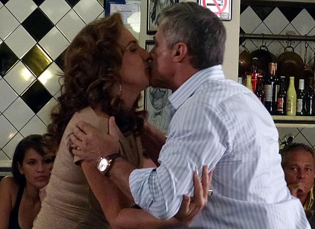 Beijinho entre Wanda e Nunes? Será mais um golpe? (Foto: Salve Jorge/TV Globo)