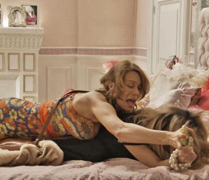 Tancinha e Fedora se atracam no quarto da patricinha (Foto: TV Globo)