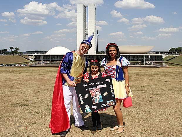 Maria Rita  com a mãe, Elissandra, vestida de Branca de Neve, e um amigo da família, de Aladin (Foto: Vianey Bentes/TV Globo)