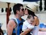 Simon Cowell aproveita férias ao lado do filho e da namorada