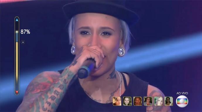 Luana Camarah ficou emocionada com a apresentação da banda (Foto: Reprodução/ Rede Globo)