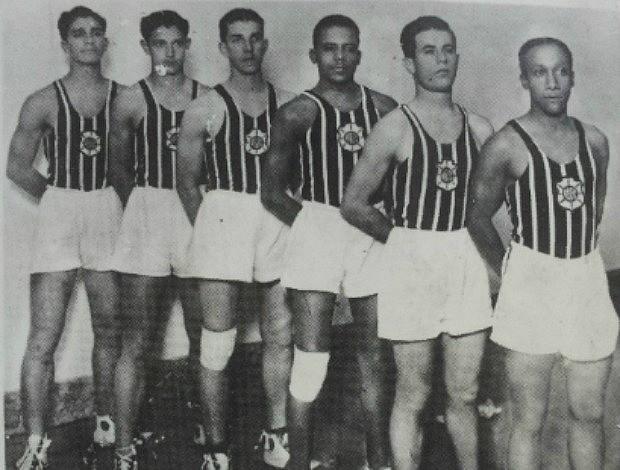 Time de basquete do Rio Branco 1936 contava com Rosa, Dionísio, Abaurre, Lafayette, Tita e Amaro (Foto: Reprodução do livro Histórias e Estórias do Basquete Capixaba)