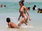 Deborah Secco curte mais um dia de folga na praia, no Rio