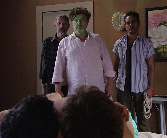 Osvaldo dá um susto em Clóvis e Norberto (Foto: TV Globo)
