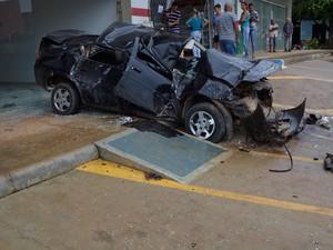 Depois de capotar, carro se chocou contra a porta de entrada de uma farmácia (Foto: Jeferson Carlos/G1)