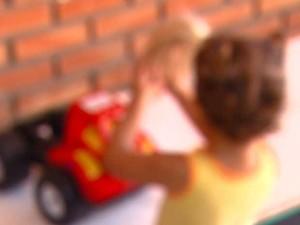 Criança brinca em abrigo municipal de Campinas (Foto: Márcio de Campos / EPTV)