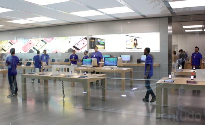 Funcionários da Apple Store (Foto: Allan Melo / TechTudo)