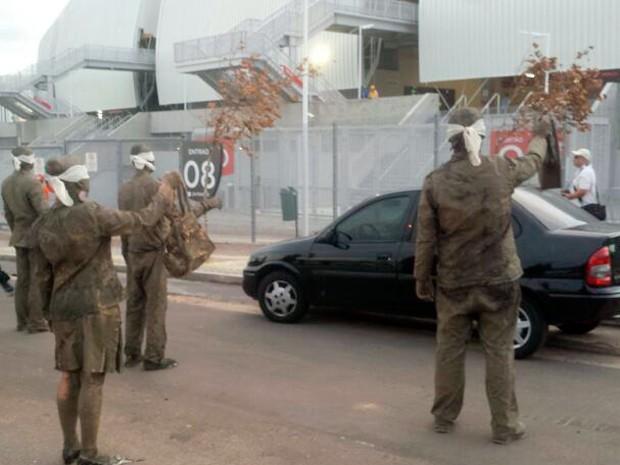 Cegos durante intervenção urbana na Arena das Dunas, em Natal (Foto: Heloisa Guimarães/Inter TV Cabugi)