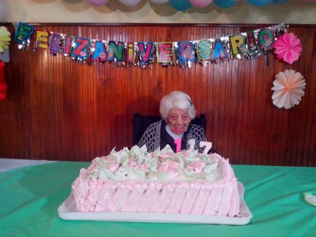 Comemoração ocorreu no lar de idosos onde ela mora (Foto: Fábio Lehmen/RBS TV)