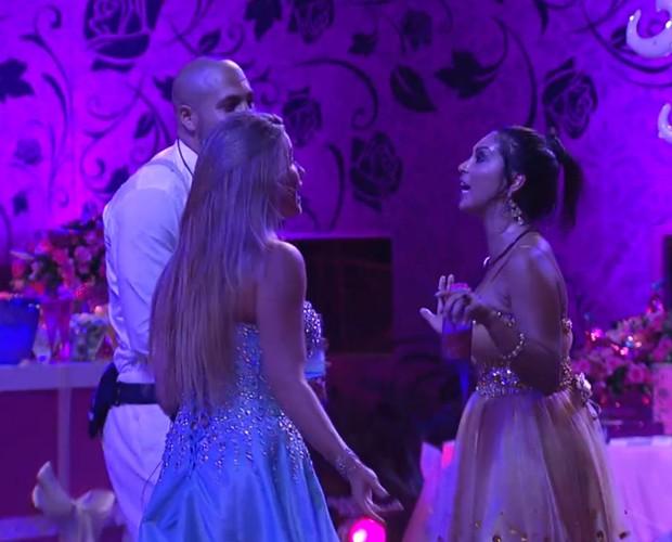 Amanda e Fernando dançam e Aline fica na cola do brother na Festa Debutante (Foto: Gshow)
