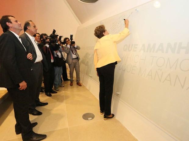 Dilma deixa recado em quadro no Museu do Amanhã (Foto: Beth Santos / Prefeitura do Rio)