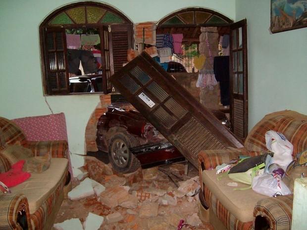 Homem invade a casa da irmã na tentativa de matar a própria mulher atropelada. (Foto: Elvis Passos/VC no G1)