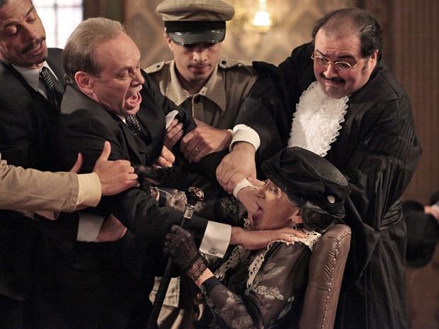 Dorotéia é atacada por Jesuíno no meio do depoimento ao juiz (Foto: Gabriela / TV Globo)