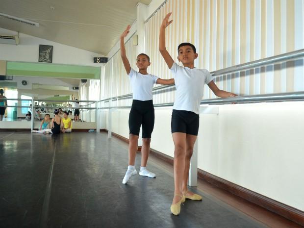 Rui (à esq.) e Jardel foram selecionados para estudar na Escola Teatro Bolshoi no Brasil (Foto: Fabiana Figueiredo/G1)