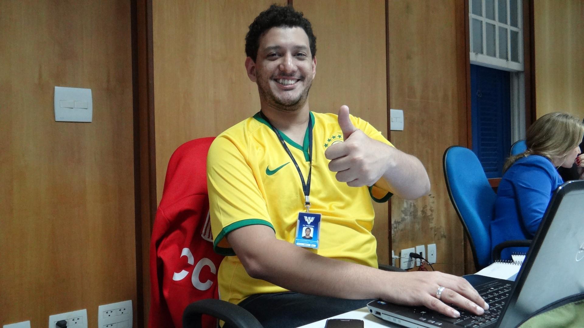Bruno Gutierrez, produtor de conteúdo do Globo Esporte.com de Santos e região com sua camisa da seleção (Foto: Priscila Martinez)