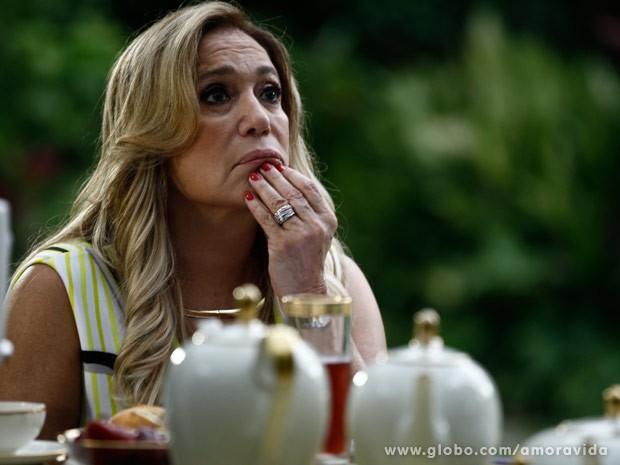 Pilar fica chocada com revelação de Maciel (Foto: Pedro Curi/ TV Globo)