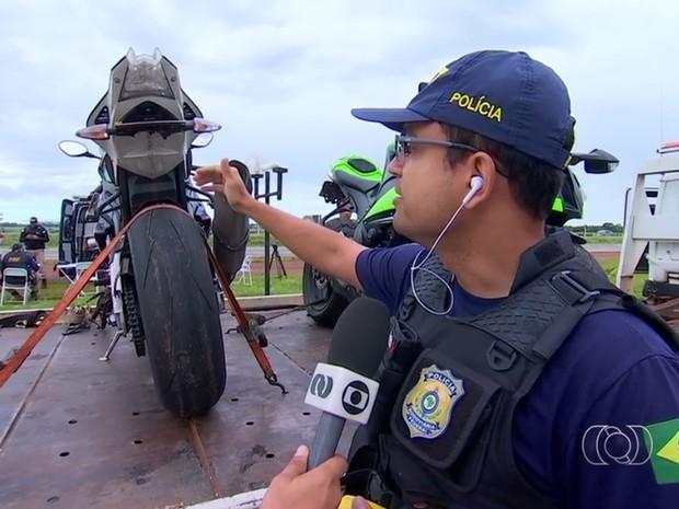 Policial mostra que motociclistas inclinam placas para evitar autuações, em Goiás (Foto: Reprodução/TV Anhanguera)