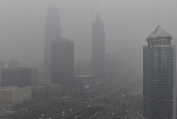 Nuvens de fumaça de poluição são vistas perto da ponte Guomao, na área comercial de Pequim, na China, após a cidade emitir seu primeiro 'alerta vermelho' para a poluição do ar