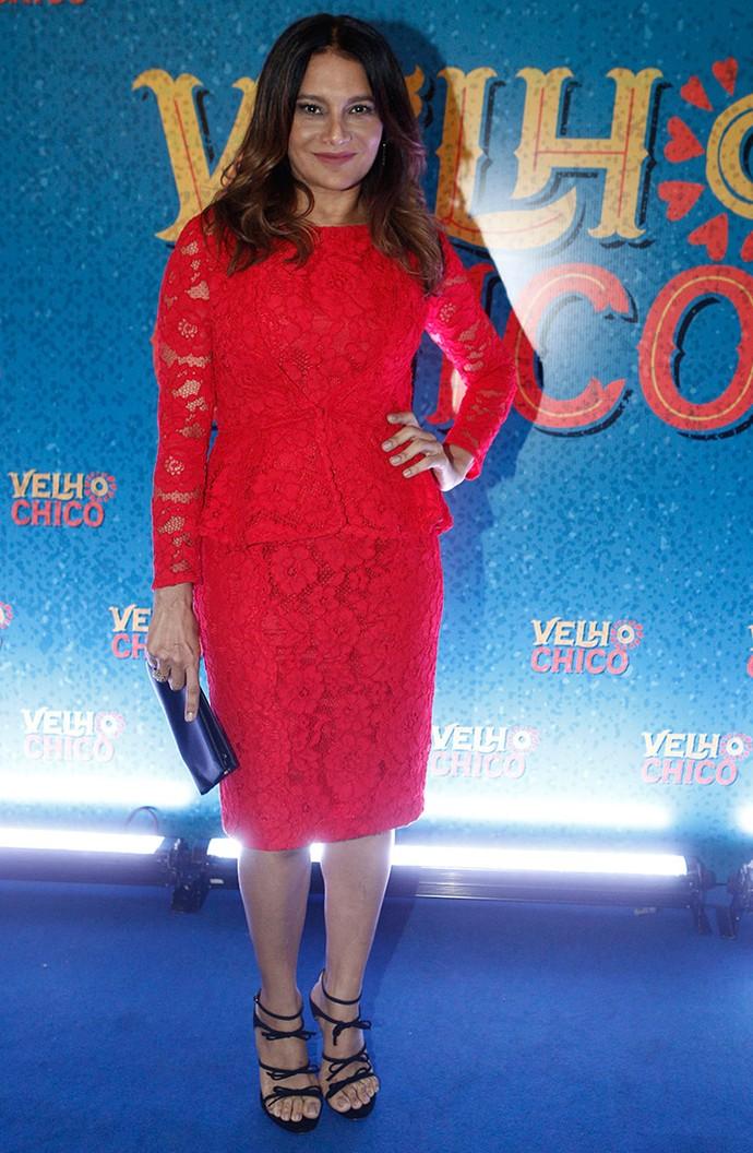Dira Paes estonteante com vestido de renda vermelha Carolina Herrera (Foto: Inácio Moraes/Gshow)